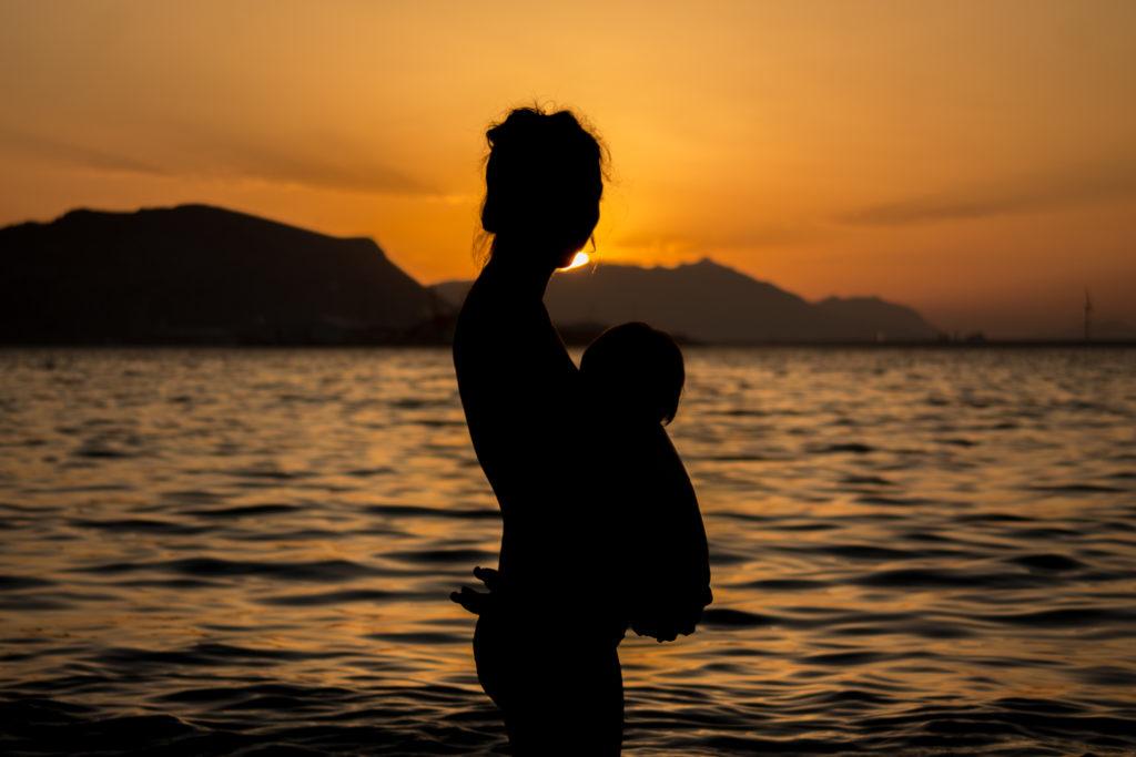 sesion de lactancia en la playa madre e hija